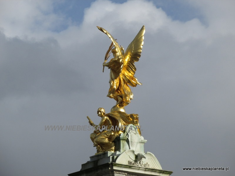 Statua przed Buckingham Palace